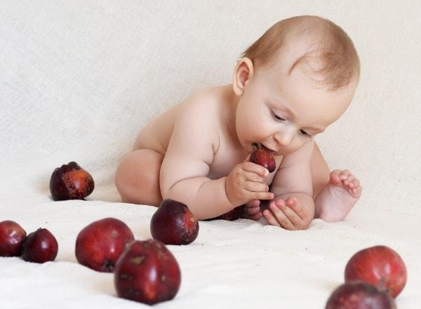 baby-teething-on-hard-fruit