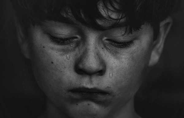 child-crying-from-extreme-stress-in-childhood