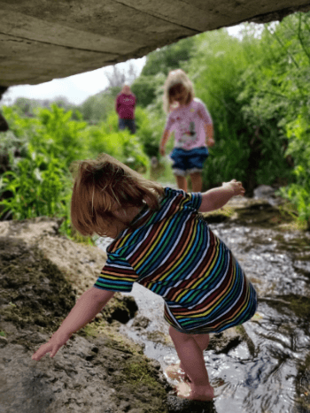 toddlers-preschoolers-playing-in-river-reconnecting-with-nature