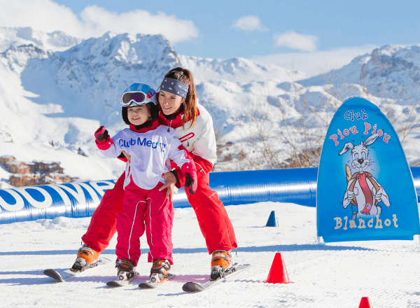 mom-with-daughter-on-ski-holiday-living-happy-parenting-lifestyle-smiling-in-the-snow